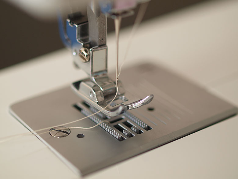 Two_threads_threaded_sewing_machine